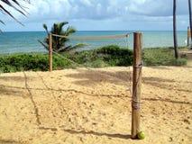 Volleyballnetz auf hübschem Strand Stockbild