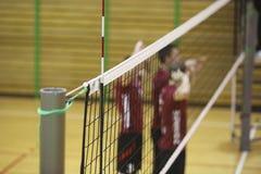 Volleyballnetz in der Sporthalle lizenzfreies stockbild