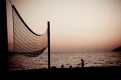 Volleyballnetz am Sonnenuntergang lizenzfreie stockfotos