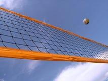 Volleyballnetz und -himmel Stockfoto