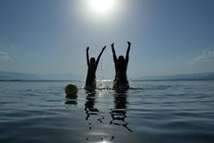 Volleyballschule im Meer Stockbild