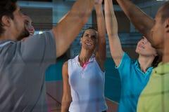 Volleyballspelers die hoog-vijf gezien door netto geven stock afbeeldingen