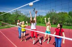 Volleyballspiel unter Jugendlichen, die spielen stockfoto
