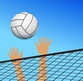 Volleyballspieler überreicht das Netz mit Ball Stockbild