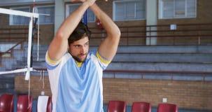 Volleyballspieler, der Übung 4k ausdehnend durchführt stock video footage