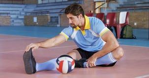 Volleyballspieler, der Übung 4k ausdehnend durchführt stock footage