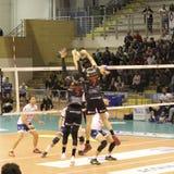 Volleyballspieler Osmany Juantorena bei der Ausführung eines großartigen Blockes lizenzfreie stockfotos