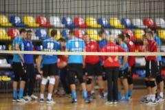 Volleyballspieler an tne Hintergrund des Volleyballnetzes lizenzfreies stockfoto