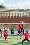 Volleyballspielerversuche, zum des Balls zu blockieren Stockbilder