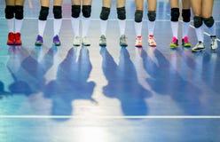 Volleyballteam vóór de gelijke Opleiding en volleyball tourna stock foto's