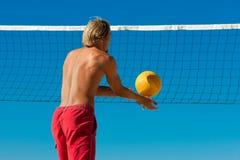 volleyboll för serving för bollstrandman arkivfoto