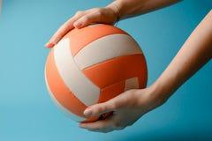 Volleyboll i kvinnahänder Arkivfoton