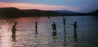 Volleyboll i solnedgången Fotografering för Bildbyråer