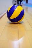 Volleyboll på golvet Arkivfoto