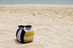 Volleyboll på sommarstranden Royaltyfria Bilder