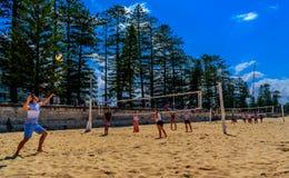 Volleyboll på stranden i manligt, Australien fotografering för bildbyråer