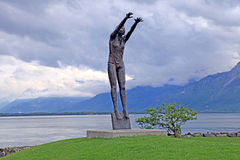 'Volleyboll' skulptur på sjöGenève, Montreux, Schweiz Royaltyfria Bilder