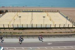 Volleybolldomstol på den Brighton stranden Arkivfoton