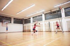 Volleybollkvinnan hoppar Arkivbild