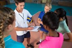 Volleybolllagledare som talar till kvinnliga spelare royaltyfria bilder