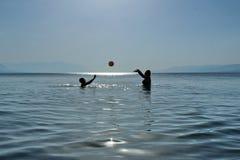 Volleybollskola i havet Royaltyfri Bild