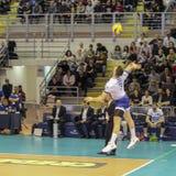 Volleybollspelare Simone Parodi, medan utföra ett spektakulärt servehopp royaltyfri bild