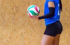 Volleybollspelaren är en salvabasebollspelare för kvinnlig idrottsman nen som får klar att tjäna som bollen arkivbilder