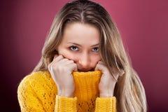 Vollkommene Blondine auf rotem Hintergrund Lizenzfreies Stockbild
