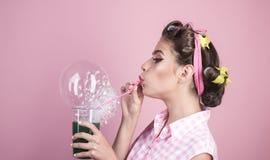 Vollkommene Hausfrau Stift herauf Frau mit modischem Make-up Pinupmädchen mit dem Modehaar Retro- Frauengetränk-Sommercocktail stockfoto