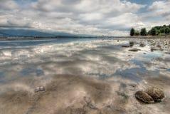 Vollkommene Wolken-Reflexion mit Vancouver-Skylinen Stockfoto