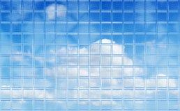 Vollkommener Himmel durch Glasfliesewand Stockbild