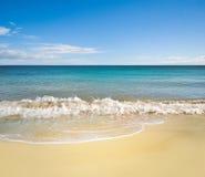Vollkommener Strand am Sommer mit sauberem Sand, blauer Himmel Lizenzfreies Stockbild