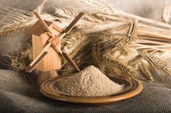 Vollkornmehl und Weizen auf Tuchsack Stockfotos
