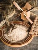 Vollkornmehl und Weizen auf Tuchsack Stockfoto