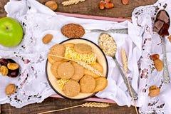 Vollkornplätzchen - Kekse in der rustikalen Platte stockfotografie