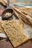 Vollkornweizenmehl, Sonnenblumensamen und neues gebackenes cracke Stockfotos