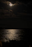 Vollmond über dem Ozean Stockbilder