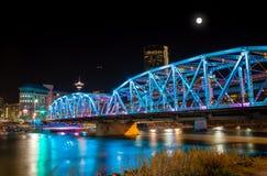 Vollmond über Langevin-Brücke in im Stadtzentrum gelegenem Calgary Stockbilder