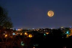 Vollmond über Nachtstadt Lizenzfreie Stockfotografie