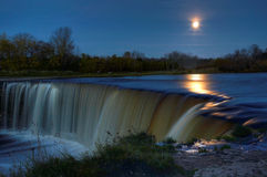 Vollmond über Wasserfall stockfotos