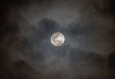 Vollmond auf bewölktem schwarzem Himmel Lizenzfreies Stockfoto