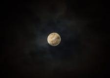 Vollmond auf bewölktem schwarzem Himmel Lizenzfreies Stockbild