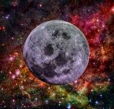 Vollmond auf dem Hintergrund des Nebelflecks und der Sterne Stockfotografie