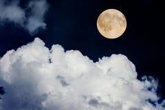 Vollmond auf nächtlichem Himmel stockbild