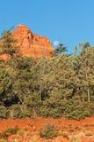 Vollmond, der über rote Felsen steigt Lizenzfreie Stockbilder