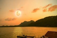 Vollmond der Schönheitsnatur nach Sonnenuntergang in Meer Stockfoto
