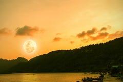 Vollmond der Schönheitsnatur nach Sonnenuntergang in Meer Lizenzfreie Stockfotos