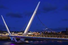 Vollmond, der um Friedensbrücke in Derry sich erhöht lizenzfreies stockfoto
