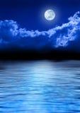 Vollmond-Himmel und Ozean lizenzfreie stockfotos