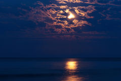 Vollmond im nächtlichen Himmel lizenzfreies stockbild
